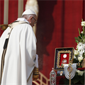 Saints risk all for love of Jesus, pope says at canonization Mass